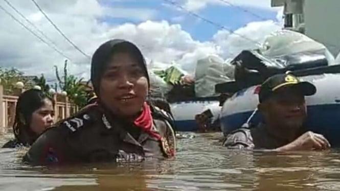 Beredar video di media sosial yang memperlihatkan sejumlah polwan menerobos banjir demi membantu warga bencana alam itu banjir di Kabupaten Melawi, Kalimantan Barat, pada Senin, 13 Juli 2020.
