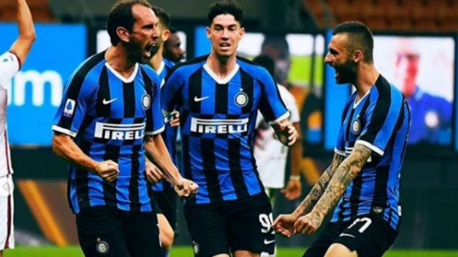 Bek Inter Milan, Diego Godin rayakan gol.