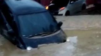 Mobil terendam di lumpur akibat terjangan banjir bandang di Masamba, Sulsel.