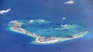Foto dari Angkatan Laut AS menunjukkan kapal-kapal China di perairan sekitar Mischief Reef yang berada di daerah Kepulauan Spratly yang disengketakan.-Reuters