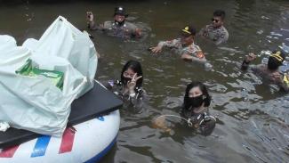 Viral para polwan menerobos banjir 2 meter di Melawi