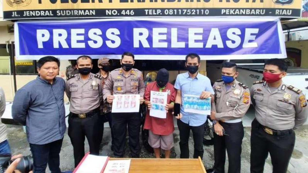 Polisi menangkap RS (30) karena mengedarkan uang palsu. RS ditangkap setelah membayar PSK dengan uang palsu.