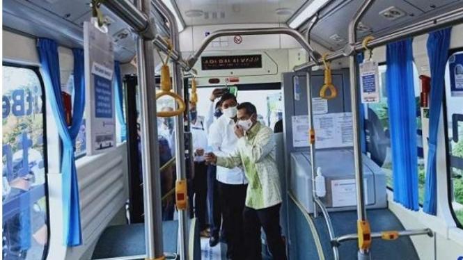 Direktur Utama Bakrie & Brothers Anindya Bakrie saat mencoba bus listrik