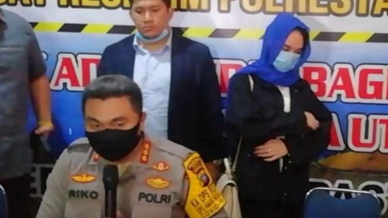 Kepala Kepolisian Resor Kota Besar Medan Kombes Pol Riko Sunarko dan Hana Hanifah (berdiri) dalam konferensi pers pada Selasa malam, 14 Juli 2020.