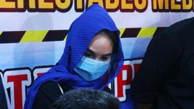 Hana Hanifah, artis FTV yang ditahan oleh polisi karena terlibat dalam praktik prostitusi, dalam konferensi pers bersama polisi di Kota Medan, Sumatera Utara, Selasa malam, 14 Juli 2020.