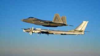 VIVA Militer: Pesawat pembom Rusia, Tupolev Tu-95, dihadang jet tempur Amerika