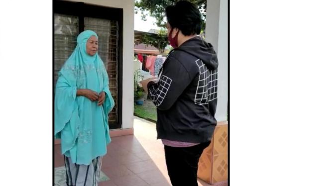 Muhammad Farhan Hermawan (21) sedang melakukan sosialisasi kepada salah satu warga di RT 002 / RW 012 Kec. Bukit Raya, Kota Pekanbaru, Provinsi Riau