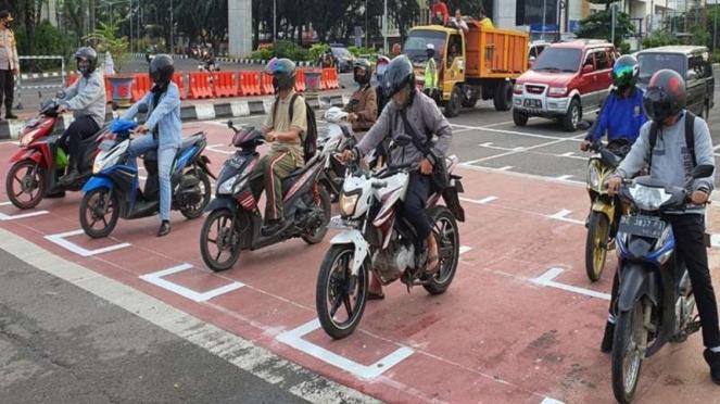 Persimpangan di Palembang menerapkan physical distancing ala MotoGP