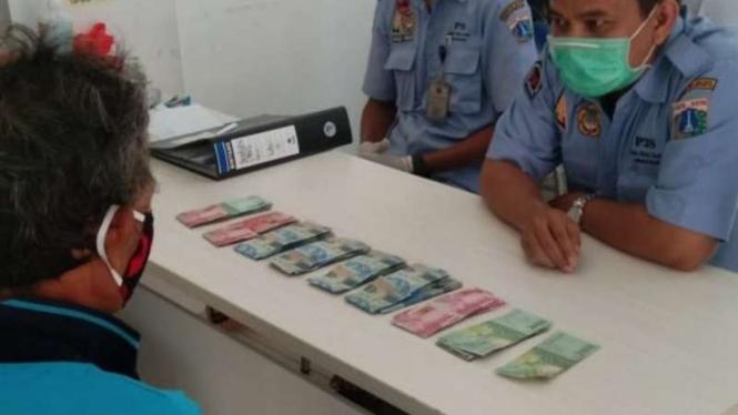 Gelandangan ketahuan bawa-bawa uang Rp7 juta