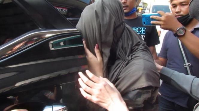 Hana Hanifah saat meninggalkan Mako Polrestabes Medan, Rabu sore, 15 Juli 2020.