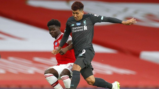 Arsenal vs Liverpool, Roberto Firmino berebut bola dengan Bukayo Saka