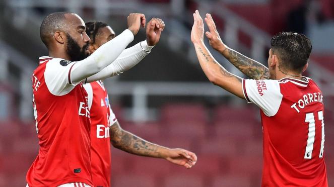 Pemain Arsenal merayakan gol