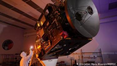https://thumb.viva.co.id/media/frontend/thumbs3/2020/07/16/5f0f82a9b62a5-peluncuran-misi-mars-arab-yang-pertama-ditunda-karena-cuaca-buruk_375_211.jpg