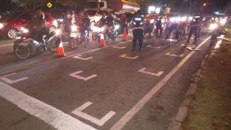 Pengecatan Pit Stop sepeda motor di Jalan Raya Cilegon, Banten.