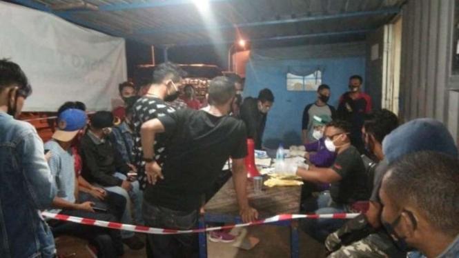 Penumpang kapal KMP Sangke Palangga dari Makassar diperiksa tim medis