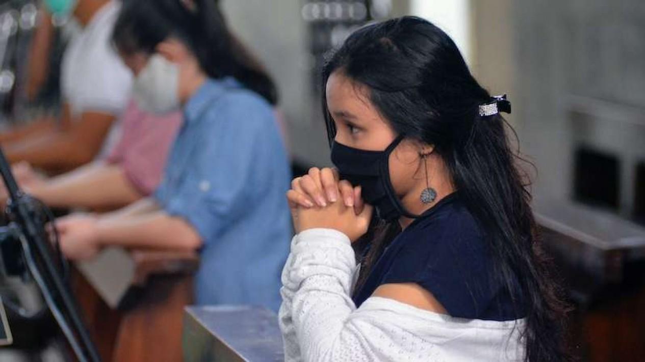 Umat Katolik beribadah misa dengan tetap menggenakan masker di Gereja Katolik Katedral Kristus Raja Bandar Lampung, Lampung, Minggu (5/7/2020).