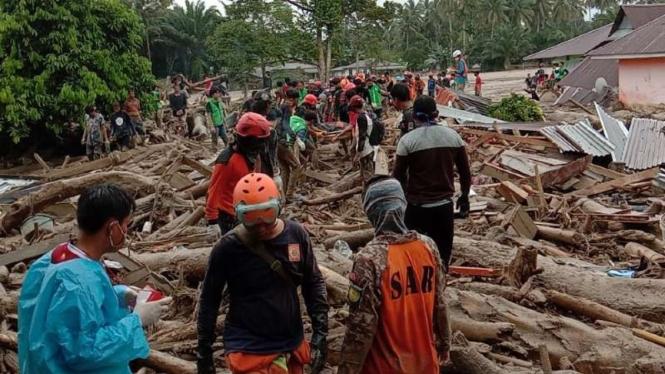 Tim SAR gabungan mencari korban hilang akibat banjir bandang di Kabupaten Luwu Utara, Sulawesi Selatan, pada Kamis, 16 Juli 2020.