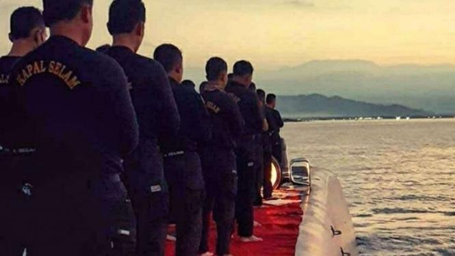 VIVA Militer: Prajurit TNI AL Lakukan Shalat Maghrib di Atas Kapal Selam