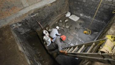 https://thumb.viva.co.id/media/frontend/thumbs3/2020/07/19/5f13aebf16a9b-sisa-sisa-istana-bangsa-aztec-ditemukan-di-bawah-bangunan-megah-di-pusat-kota-meksiko-city_375_211.jpg