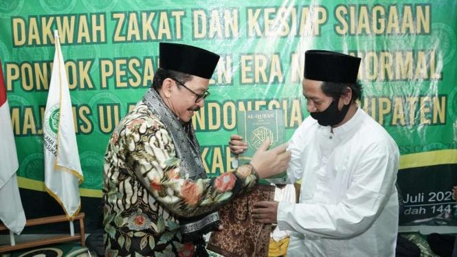 Wamenag Zainut Tauhid (kiri) di Pondok Pesantren Tarbiyatul Falah al Affandy, Sukabumi. (Foto ilustrasi)