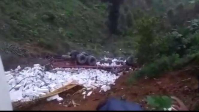 Truk tronton jatuh ke jurang sedalam 30 meter di Garut, Minggu, 19 Juli 2020.