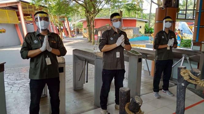 Penerapan protokol Covid-19 di The Jungle Water Park, Bogor.