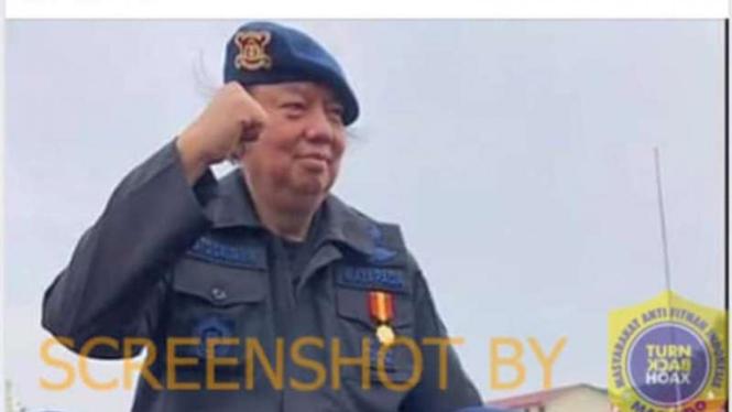Tangkapan layar (screenshot) foto Ang Tjoen Min (Thahir) dijunjung oleh sejumlah personel Brimob seusai dianugerahi gelar Warga Kehormatan Brimob oleh Korps Brimob Kepolisian RI pada 12 November 2018.