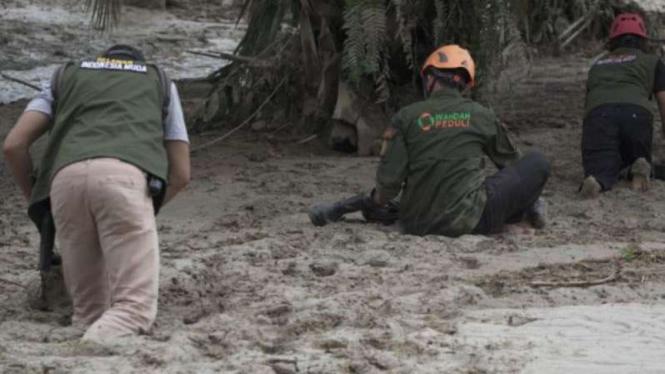 Ilustrasi para relawan banjir di Masamba, Luwu Utara, merayap saat evakuasi.
