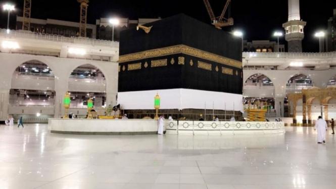 Kain Kiswah Kabah di Masjidil Haram diangkat 3 meter menandai datangnay musim haji.