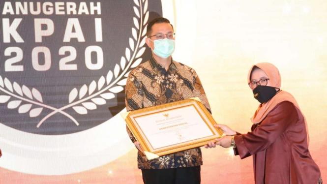 Menteri Sosial Juliari P. Batubara menerima piagam penghargaan dari KPAI.