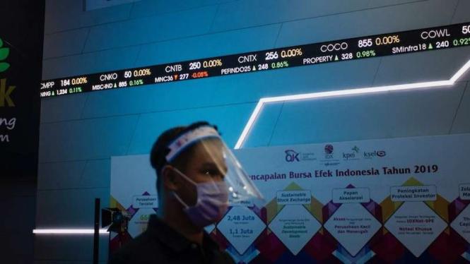 Karyawan mengamati layar yang menampilkan informasi pergerakan IHSG di gedung Bursa Efek Indonesia (BEI), Jakarta, Jumat (26/6/2020). (Foto ilustrasi)