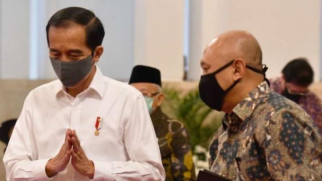 Presiden Joko Widodo (kiri) berbincang dengan Menteri Koperasi dan UMKM Teten Masduki