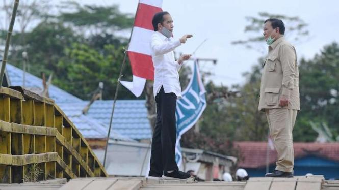 Presiden Joko Widodo (kiri) berbincang dengan Menteri Pertahanan Prabowo Subianto saat meninjau lahan yang akan dijadikan
