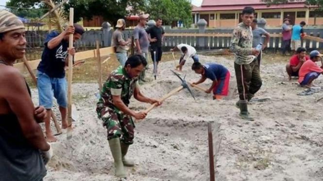 VIVA Militer: Serka TNI Bustan saat bantu warga bangun masjid