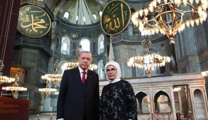 https://thumb.viva.co.id/media/frontend/thumbs3/2020/07/24/5f1a2061327c4-hagia-sophia-salat-jumat-pertama-setelah-86-tahun-ornamen-kristiani-ditutup-tirai-karpet-motif-ottoman-paus-yang-sangat-sedih-diundang_663_382.jpg