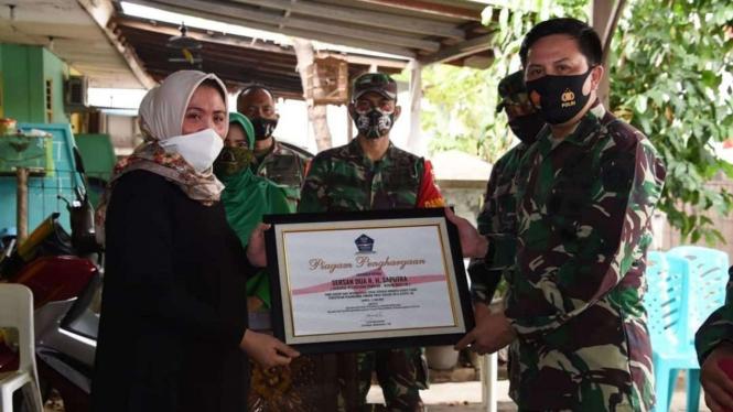VIVA Militer:Asops Panglima TNI Berikan Santunan ke Keluarga Korban Serda Romawi
