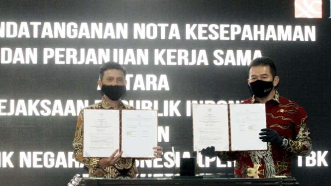 Direktur Utama BNI (Kiri) dan Jaksa Agung Republik Indonesia ST Burhanuddin (Kanan) saat menandatangni MoU di Jakarta, Jumat 24 Juli 2020.