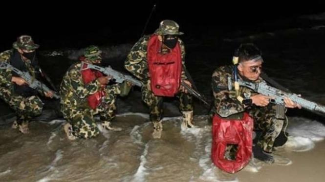 VIVA Militer: Prajurit Marinir TNI lakukan penyerbuan.