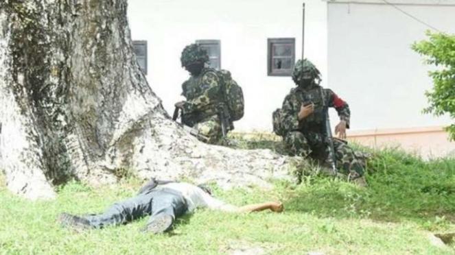 VIVA Militer: Pasukan Marinir TNI AL lakukan penyerbuan.