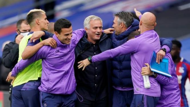 Selebrasi manajer Jose Mourinho usai bawa Tottenham Hotspur ke kompetisi Eropa