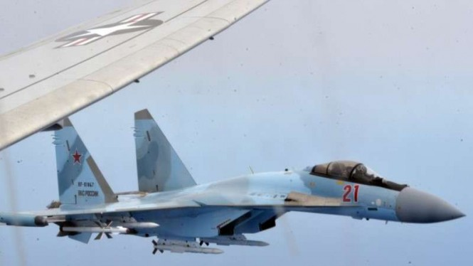 VIVA Militer: Jet Tempur Rusia, Sukhoi Su-27, menghadang pesawat intai AS