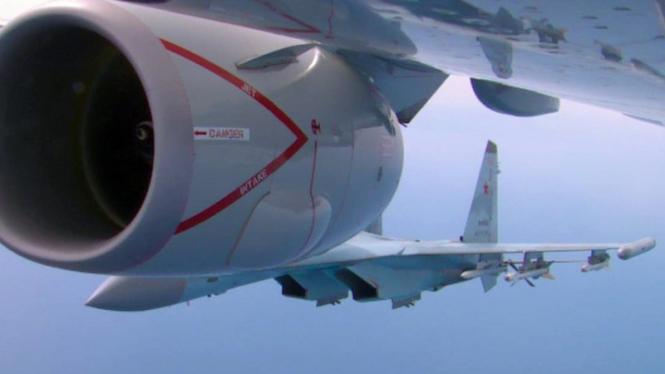VIVA Militer: Jet Tempur Rusia, Sukhoi Su-27, mencegat pesawat mata-mata AS
