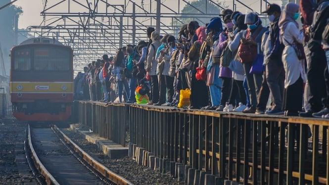 Sejumlah calon penumpang menunggu kedatangan Kereta Rel Listrik (KRL) di Stasiun Tambun, Kabupaten Bekasi, Jawa Barat, Senin (27/7/2020).