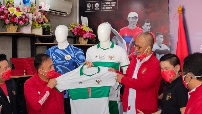 Ketua Umum PSSI, Mochamad Iriawan memegang jersey tandang Timnas Indonesia