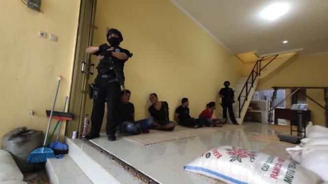 Polisi tangkap enam orang yang selundupkan sabu di karung jagung.