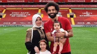 Bintang Liverpool, Mohamed Salah bersama istri dan kedua anaknya.