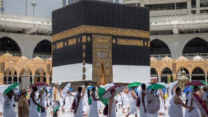 Jemaah haji menerapkan social distancing saat melaksanakan Tawaf Qudum