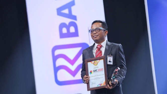 Direktur Jaringan dan Layanan BRI Ahmad Solichin Lutfiyanto saat menerima penghargaan di Ajang GRC & Performance Exellence Award 2020.