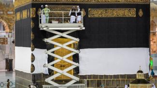 Proses penggantian kain Kiswah Kabah di Masjidil Haram.