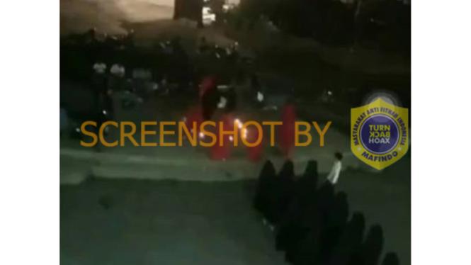 Tangkapan layar (screenshot) unggahan atas sebuah video yang diklaim sebagai kegiatan kelompok/sekte pemuja setan di satu kampus swasta di Bandung.